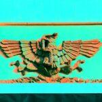 Relieve de un águila devorando una serpiente sobre un nopal